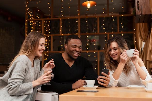 Groupe d'amis buvant un café
