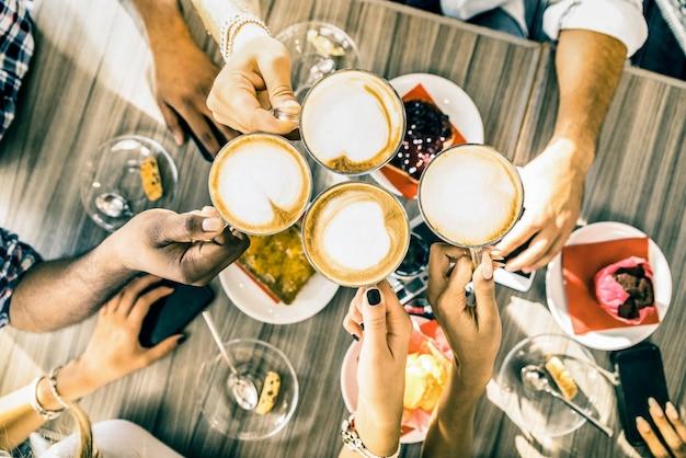 Groupe d'amis buvant un cappuccino au café-bar restaurant