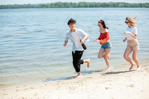 Groupe d'amis célébrant à la plage