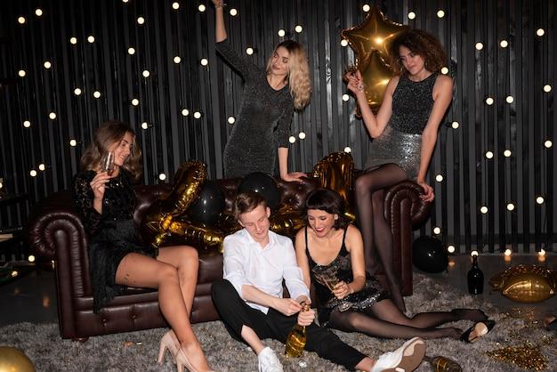 Groupe d'amis célébrant le réveillon du nouvel an à la maison