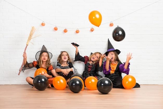 Groupe d'amis avec des costumes de vampires et de sorcières pour les fêtes d'halloween