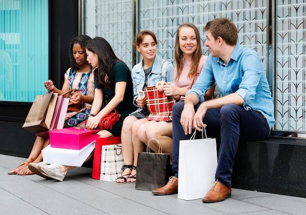 Groupe d'amis dans un centre commercial
