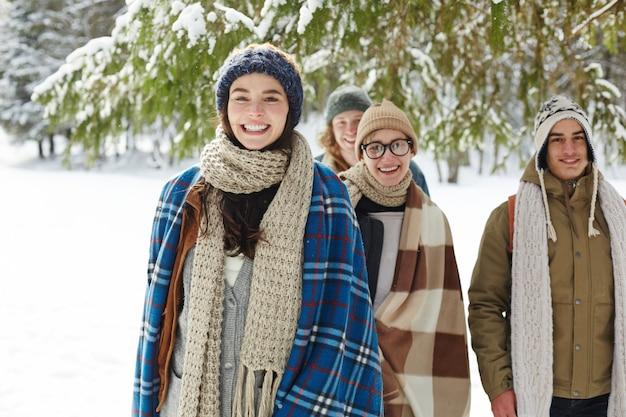 Groupe d'amis dans la forêt d'hiver
