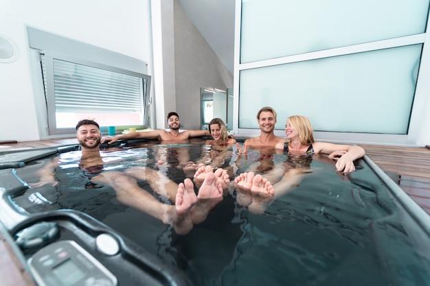 Groupe d'amis dans une piscine