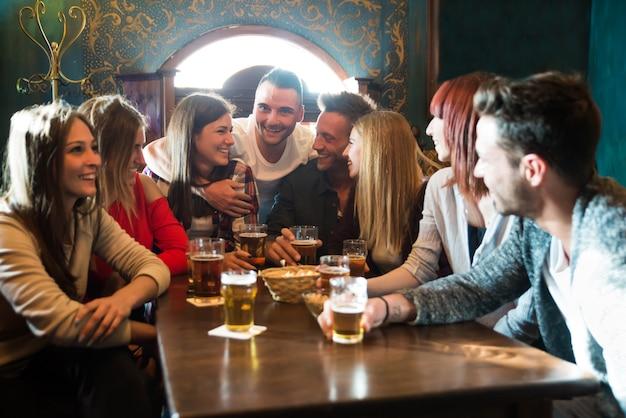 Groupe d'amis dans un pub