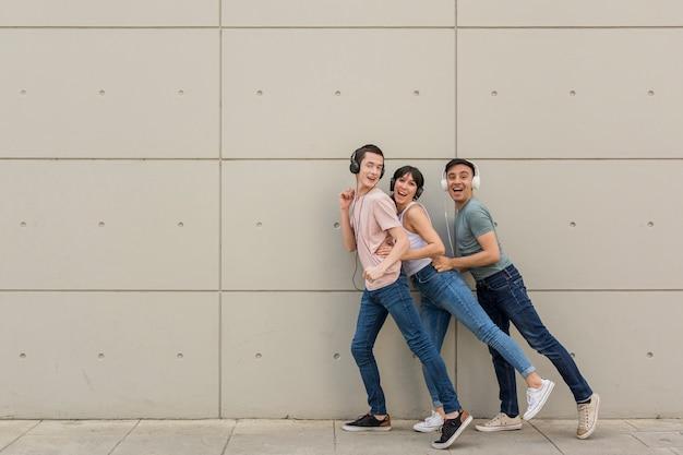 Groupe d'amis dansant ensemble