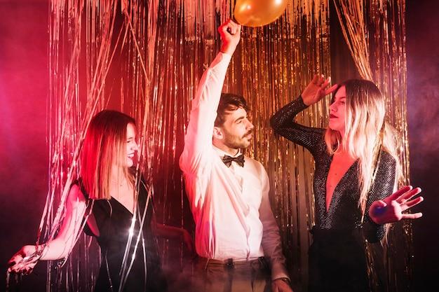 Groupe d'amis dansant à la fête du nouvel an