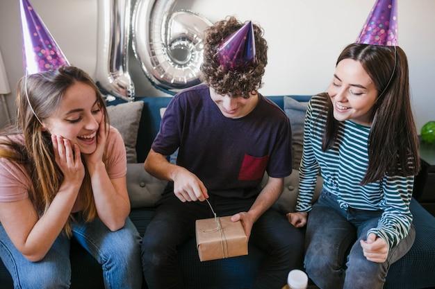 Groupe d'amis déballant des cadeaux