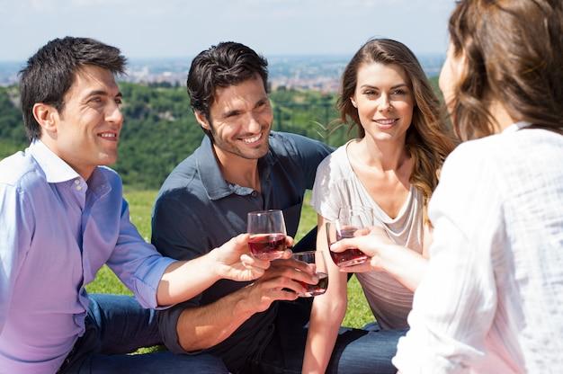 Groupe d'amis dégustant du vin