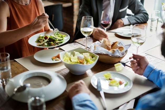 Groupe d'amis dînant au restaurant