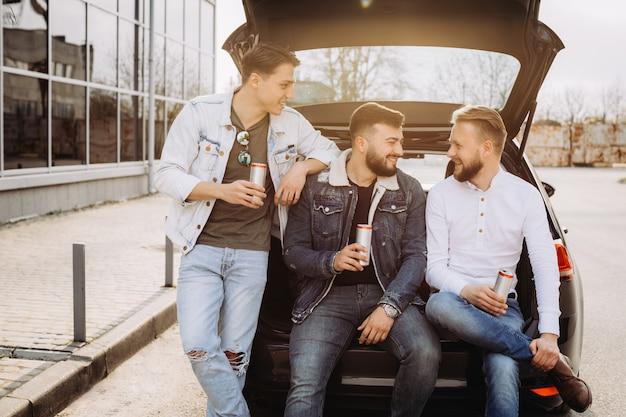 Un groupe d'amis discutant dans le coffre de la voiture.