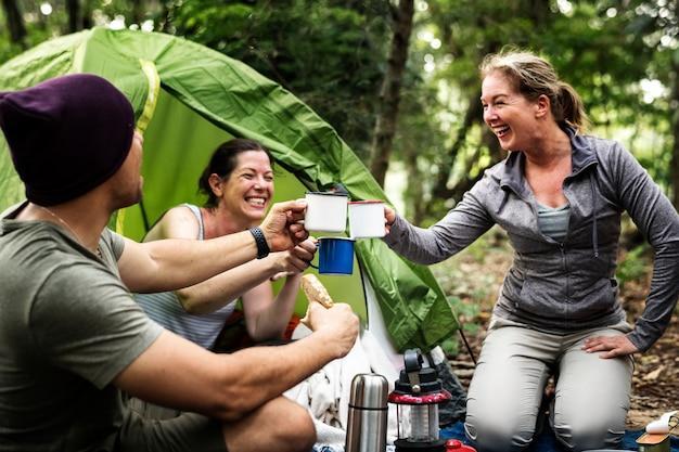 Groupe d'amis divers campant dans la forêt