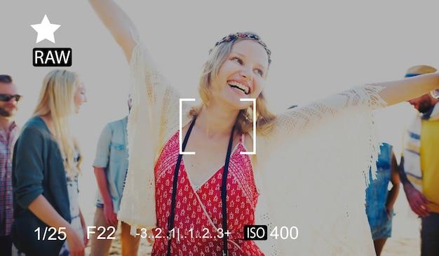 Groupe d'amis divers dansant ensemble sur la prévisualisation d'écran de la caméra