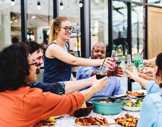 Groupe d'amis divers profiter de la fête de l'été ensemble