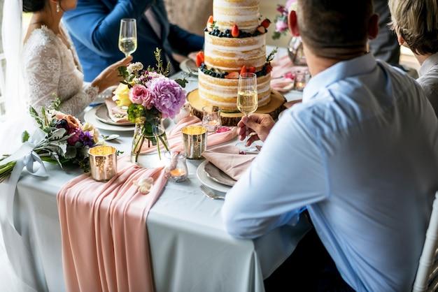 Groupe d'amis divers rassemblés réception de mariage
