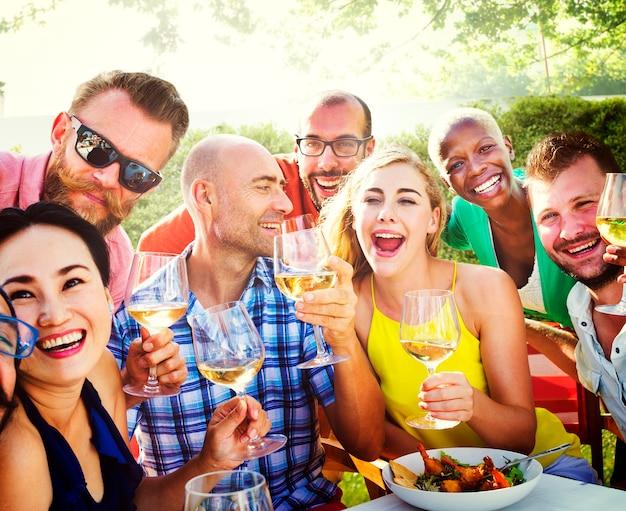 Groupe d'amis divers se réunissent