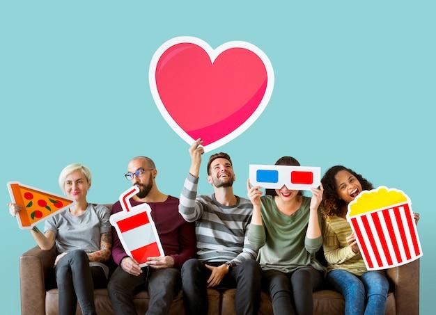 Groupe d'amis divers tenant des émoticônes de film