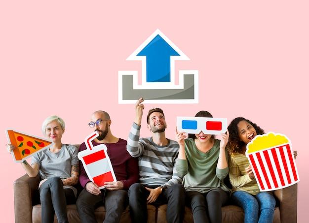 Groupe d'amis diversifiés et concept de téléchargement de film