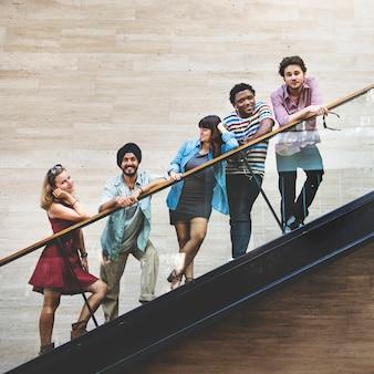 Groupe d'amis de la diversité debout à l'escalier