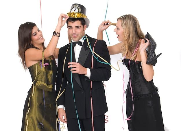 Groupe d'amis élégants après une fête du nouvel an sans chaussures