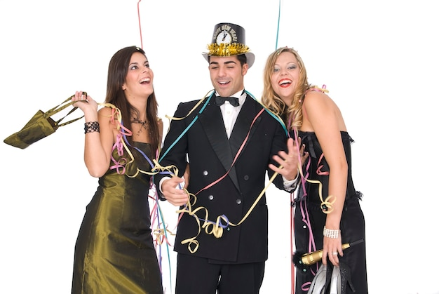 Groupe d'amis élégants lors d'une fête du nouvel an en riant