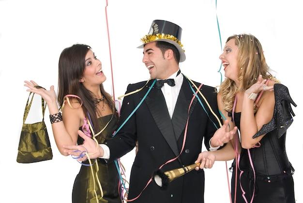 Groupe d'amis élégants lors d'une fête du nouvel an