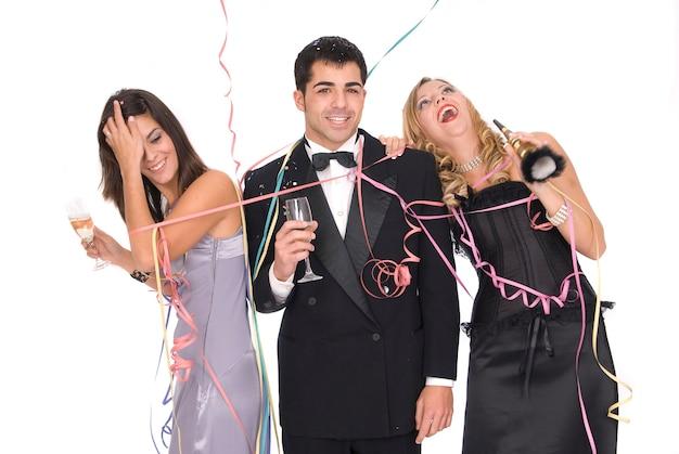 Groupe d'amis élégants lors d'une fête ou d'une fête du nouvel an