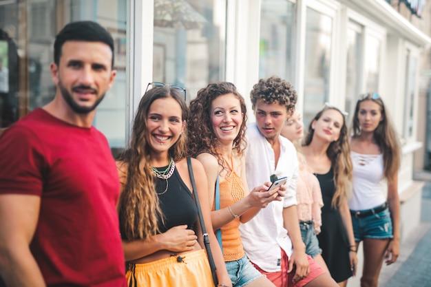 Groupe d'amis en été