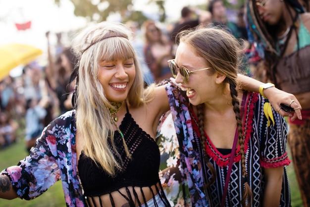 Groupe d'amis des événements amusants danser des vacances