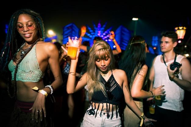 Groupe d'amis des événements amusants de vacances de danse