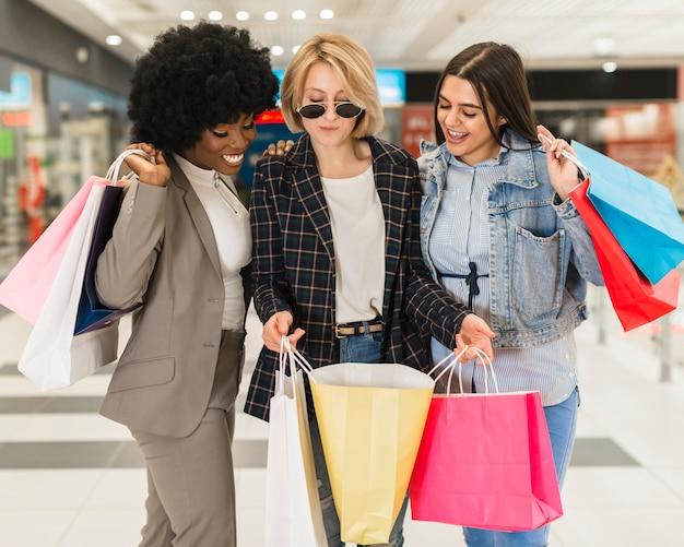 Groupe d'amis, faire du shopping ensemble
