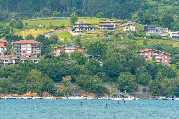 Un groupe d'amis faisant du paddle surf dans la mer à urdaibai, une réserve de biosphère de biscaye à côté de mundaka. pays basque