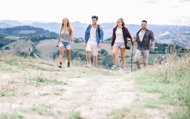 Groupe d'amis faisant du trekking