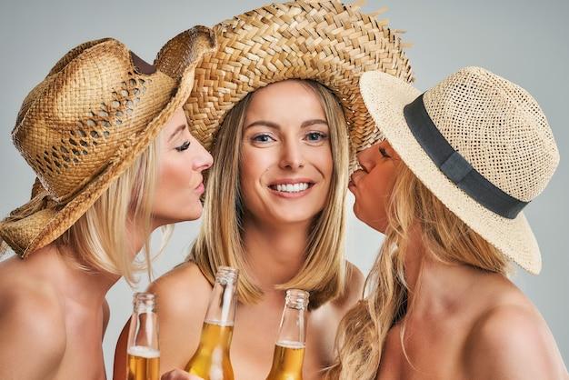 Groupe d'amis faisant la fête et grillant des boissons