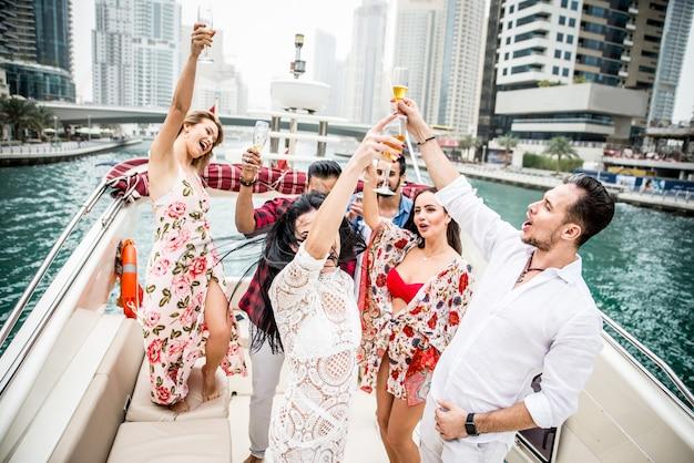 Groupe d'amis faisant la fête sur un yacht à dubaï
