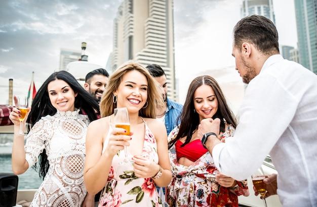 Groupe d'amis faisant la fête sur un yacht