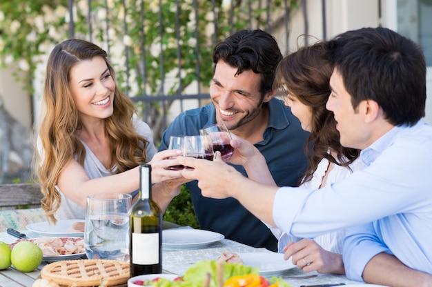Groupe d'amis, grillage, verre à vin