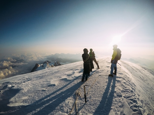 Un groupe d'amis grimpeurs au sommet du mont blanc