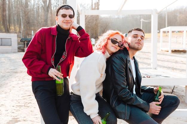 Groupe d'amis heureux avec bière, passer du temps ensemble