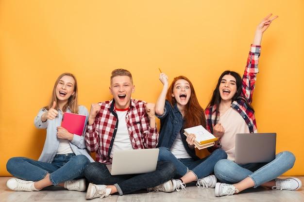 Groupe d'amis heureux de l'école