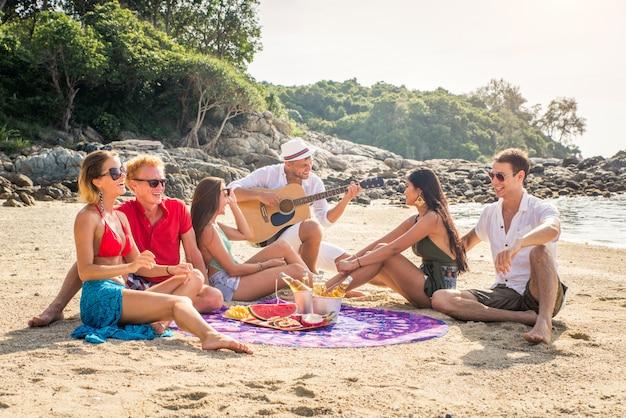 Groupe d'amis heureux sur une île tropicale