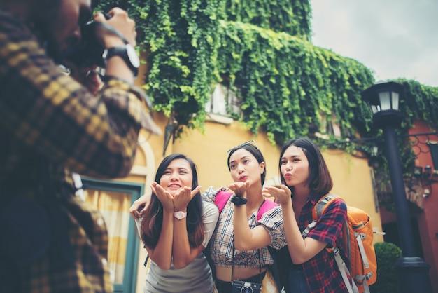 Groupe d'amis heureux prenant selfies ensemble dans une scène urbaine