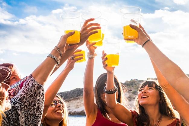 Groupe d'amis de jeunes femmes joyeuses et joyeuses apprécient et célèbrent la vie sociale ensemble