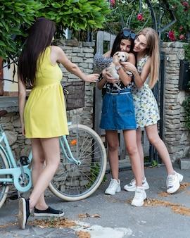 Groupe d'amis jouant avec un chien mignon