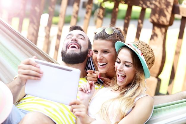 Groupe d'amis joyeux s'amusant à l'extérieur en été