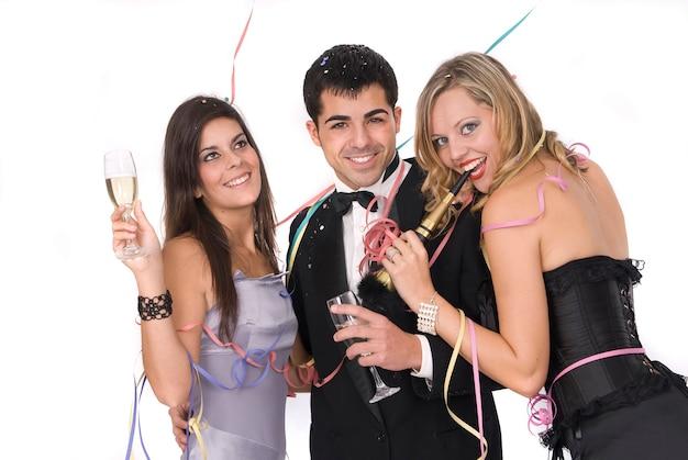 Groupe d'amis lors d'une fête du nouvel an avec champagne