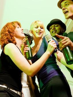 Groupe d'amis lors d'une soirée karaoké