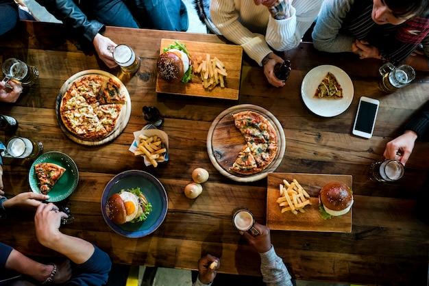 Groupe d'amis mangeant ensemble