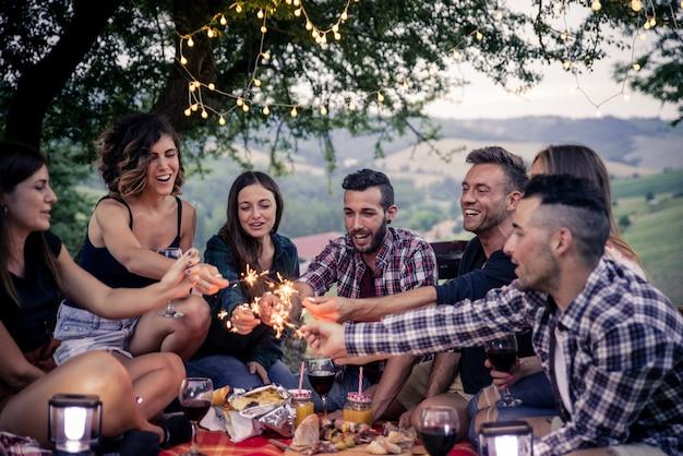 Groupe d'amis manger dans la nature