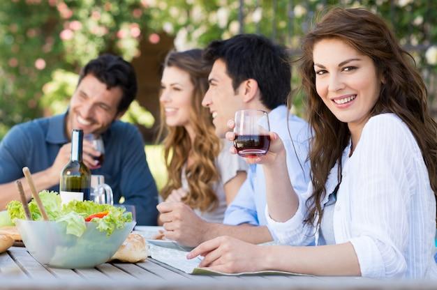 Groupe d'amis, manger à l'extérieur